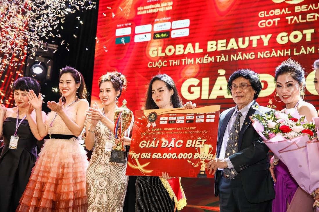 Bà Lê Thị Tuyết Hoa Trưởng ban tổ chức lên trao giải Đặc biệt của cuộc thi Global Beauty Got Talent 2020 cho thí sinh xuất sắc
