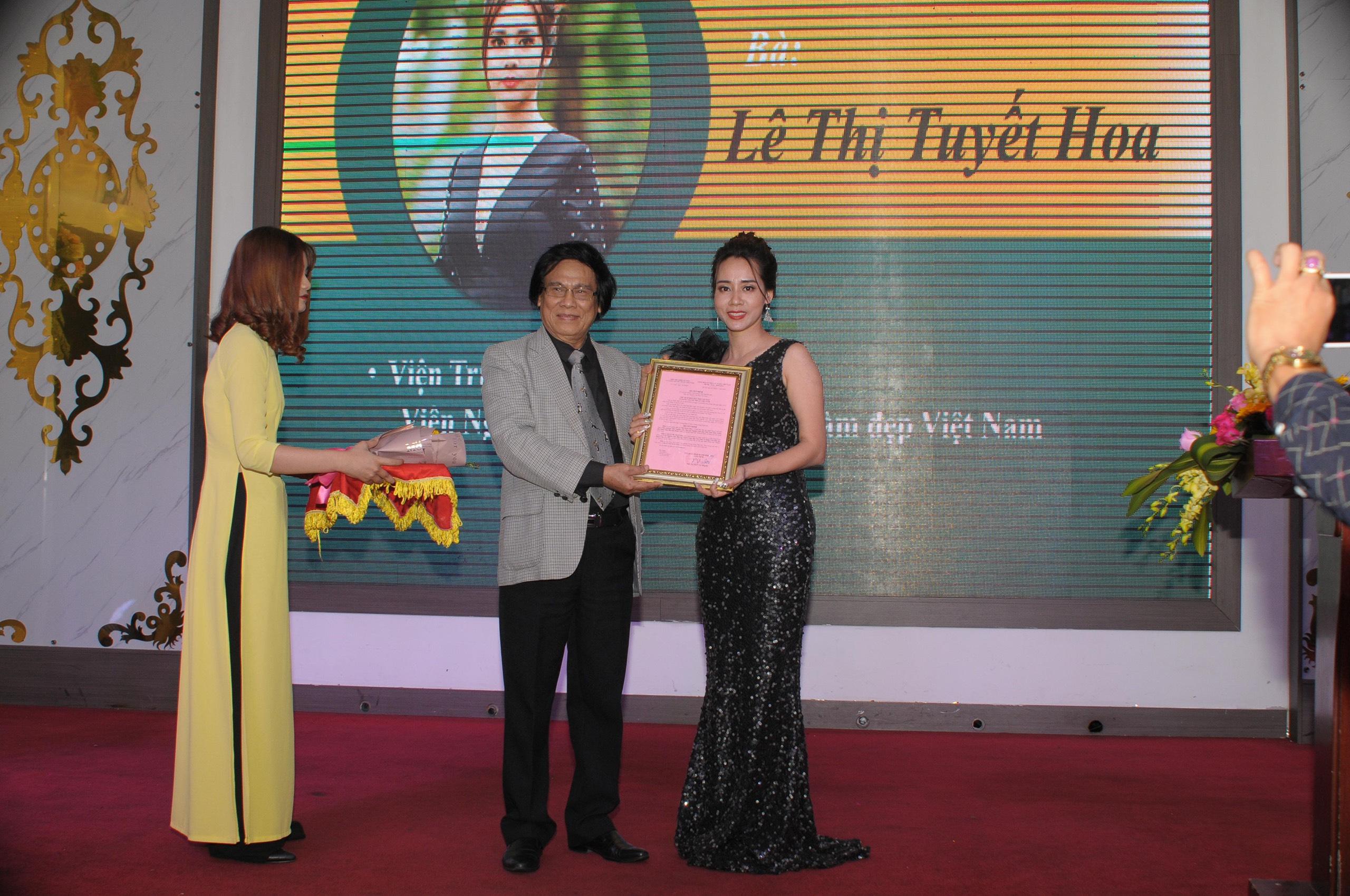 Bà Lê Thị Tuyết Hoa nhận quyết định Bổ nhiệm Viện trưởng Viện Nghien cứu, Đào tạo Ngành làm Đẹp Việt Nam